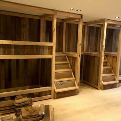 Stapelbedden verwerkt uit oud hout